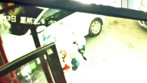 错把油门当刹车!广东一新手女司机一脚油门冲进商店里