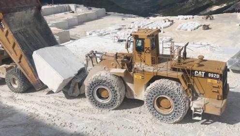 采石场实拍,大型石块是这样运出去的,一辆土方车装一块石头