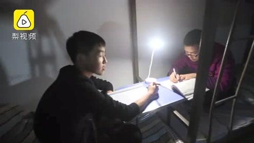 越努力,越幸运!中学生深夜排队时还背书:回寝室挑灯继续学