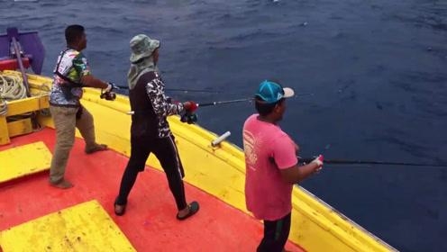 海钓就是这样,只要是找到鱼群,好戏就上演了