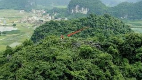 山顶上2个奇怪的红衣人,还以为没人知道,怎料被无人机拍了下来!