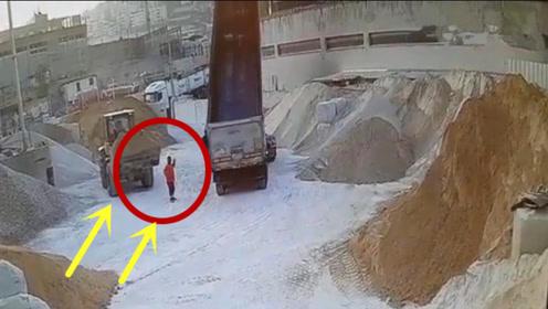 女老板站在工地指指点点,下一秒悲剧就发生了,监控拍下全过程