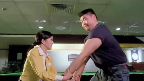 大块头是力量型选手!和姑娘比试臂力!没成想两条胳膊被掰断了!
