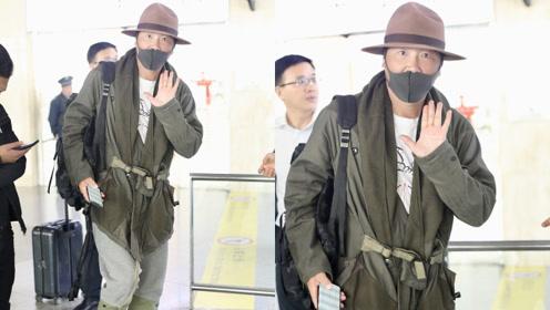 孙楠戴礼帽一身绿色造型现身机场 对镜挥手走路潇洒
