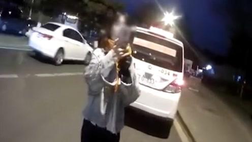 """长春一女子闯红灯被拦开直播辱骂交警""""不要脸"""" 被拘留3天"""