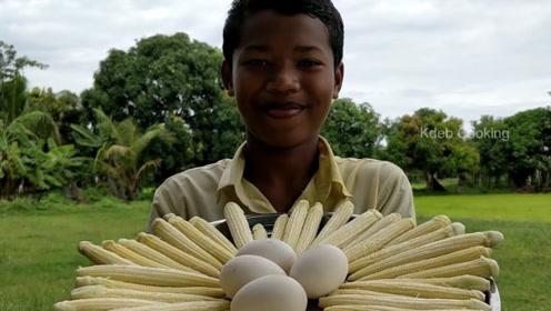印度男孩做大锅菜,把玉米和鸡蛋的作用发挥到了极致,太聪明了
