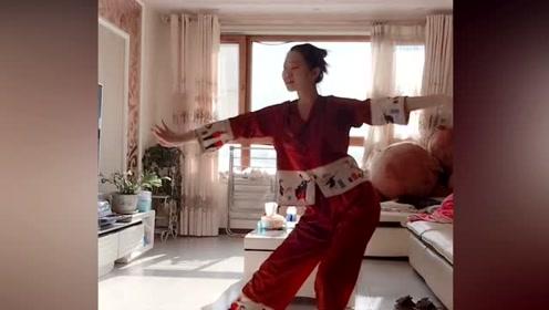 小姐姐表演的琵琶行舞蹈,和睡衣搭配竟天衣无缝,简直美极了