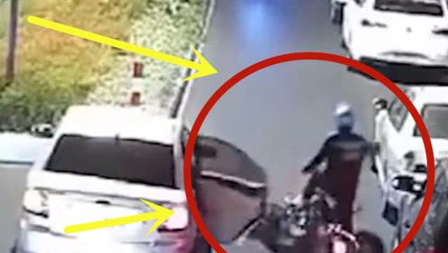 女司机太可怕!违规停车副驾驶坐两孩子,一开门秒杀电车男!