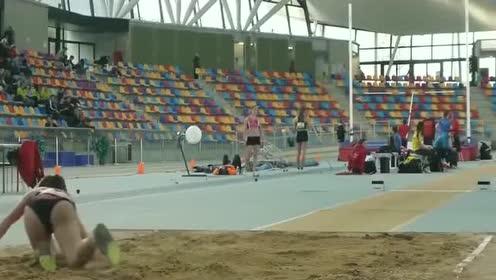 女子三级跳远比赛, 美女运动员腿真长, 真是腿越长跳的越远!