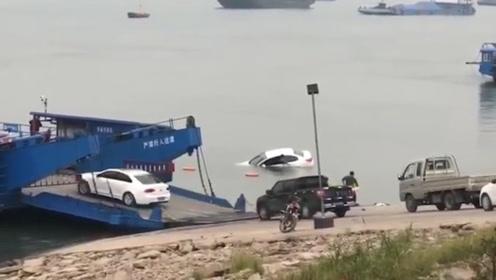 湖北荆州一小车不慎滑入长江3人被困 争分夺秒刚救起车就沉入江中