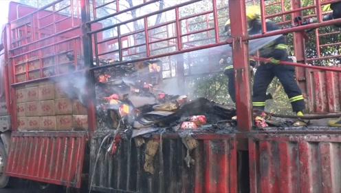 吃货们慌了!重庆一货车突然起火,约2吨自热方便火锅被烧毁