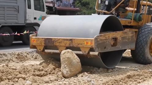20吨的压路机遇到一块大石头,司机操作毫不犹豫,场面太硬核了