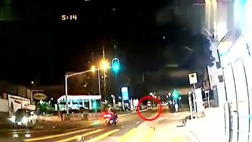 法拉利变线超车失控撞向出租车后逃逸