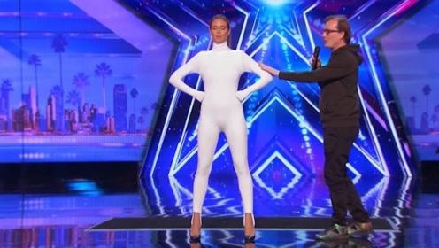 达人秀:白衣美女一上场就要求关灯,下一秒全场沸腾!