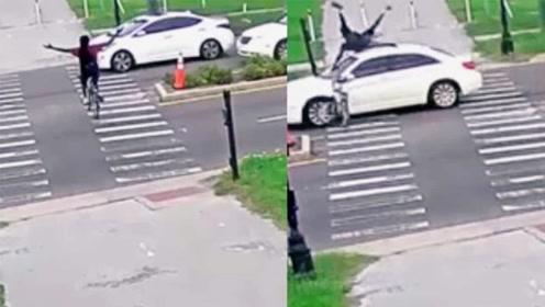 实力作死!男子骑车穿马路炫技松开双手被撞飞