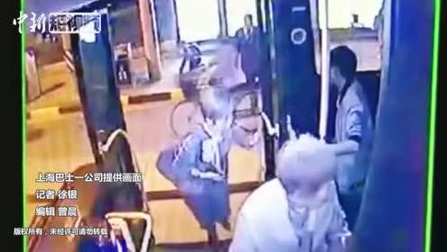 抱残疾乘客上下车上海公交司机获外地游客点赞