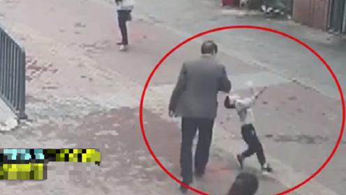 4岁男童劝说老人不能逃票反被打,民警:孩子你做得对