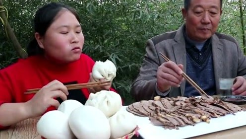 老爹爱吃驴肉胖妹一下买了3斤,8个大馒头配上酱驴肉,农村胖妹吃的真好