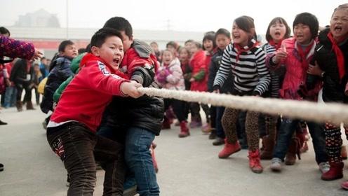 拔河比赛老师手抓空气助威,网友:把空气都抓过来,让对方窒息