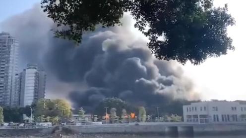 佛山一工厂突发大火 浓烟遮天如同世界末日