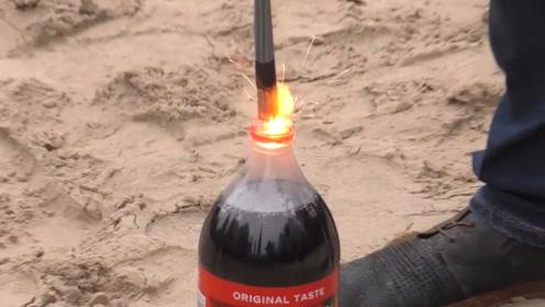 点燃的仙女棒扔进可乐里会不会熄灭呢 让我们来看一下