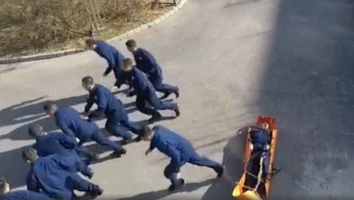 监控:警铃响起时,消防队让人笑哭的瞬间