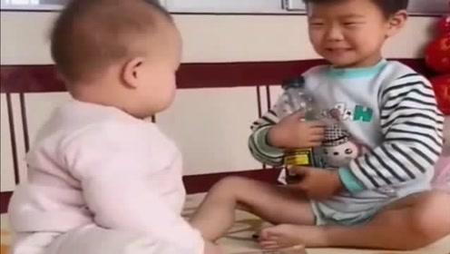 8个月弟弟和哥哥对打,虽然干不过但气势不能输,看完不许笑!