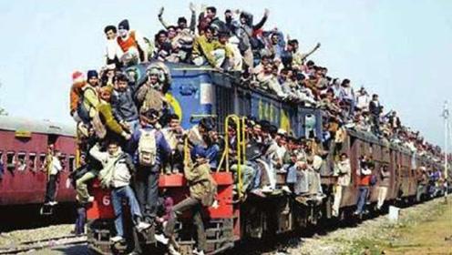 在印度坐火车是一种什么样的体验?充分证明印度人膀胱的强大!