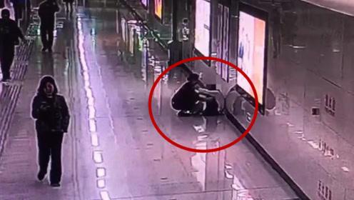 女子连续加班1个月后地铁站内崩溃大哭:不敢回家哭,怕吓到女儿