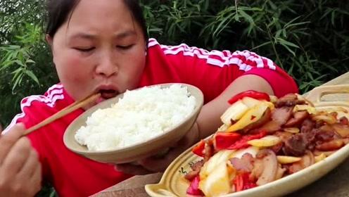 回锅肉只有这么吃才最香,胖妹买了2斤猪肉,今天米饭又得多煮一点了
