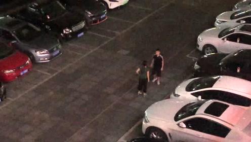 男生被亲妈带去剪短发后街头与亲妈动手吵闹
