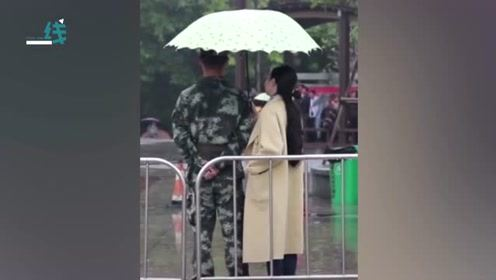 暖!马拉松比赛现场突然下大暴雨 市民纷纷自发为执勤武警打伞