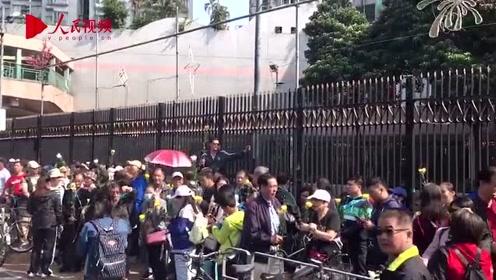香港市民自发前往祈福仪式献花 为遇害清洁工罗伯送行