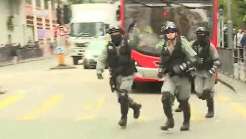 香港学校今复课,暴徒堵路闹事引抗议 港警到场后市民鼓掌力挺