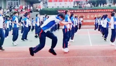 人群中你最亮眼!男生跳操时活力十足肢体语言丰富走红