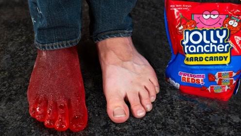 奇葩老外用自己做模子,用糖果制作出一比一的脚掌,有脚气就是另一种结果
