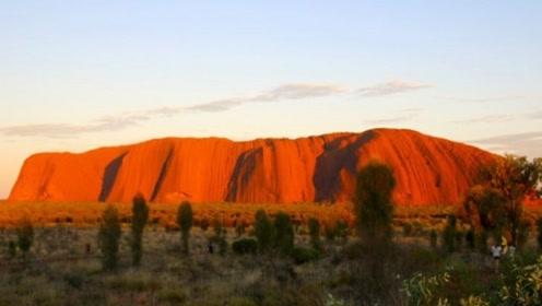 """澳大利亚最奇特的石头,被誉为""""大地的心脏"""",无数游客慕名前来"""