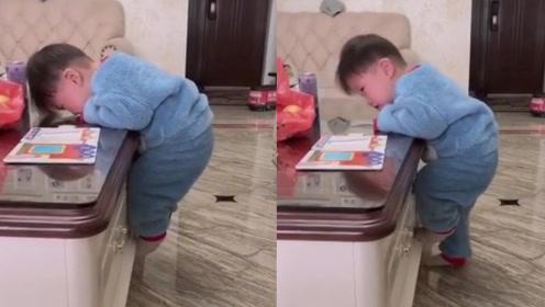 戏精宝宝把自己挂在桌子边上不敢下来,妈妈一句话轻松解决