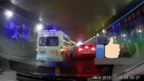 救护车急救路上遇早高峰堵车 司机情急之下拉响警报下一幕令人感动
