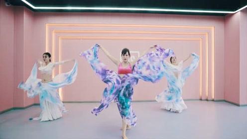 外国美女跳东方舞,凭借身材爆火网络!