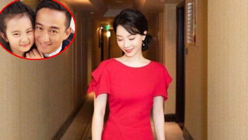 """黄磊""""初恋""""一袭红裙惊艳亮相,42岁身材绝佳,真是绝世美人"""