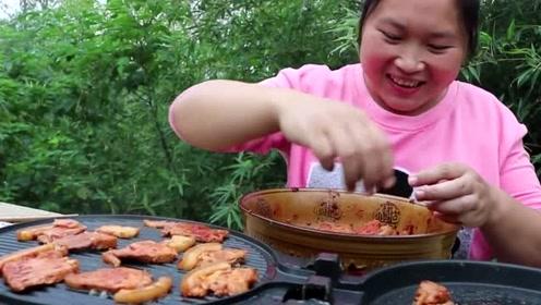 嘴馋胖妹尝试韩国吃法,2斤猪肉做铁板烤肉,高脚杯里亮点十足!