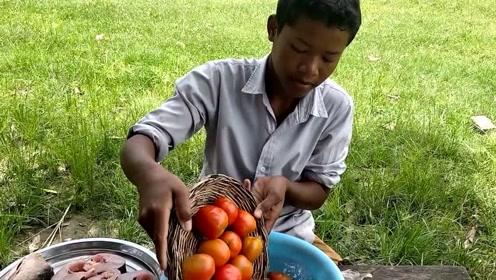 印度农村男孩野外做饭,做法虽然简单,但是看起来很有食欲