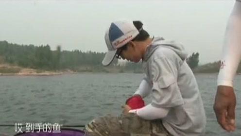 徒弟抄鱼结果到手的鱼跑了,师傅只好无奈地笑一笑