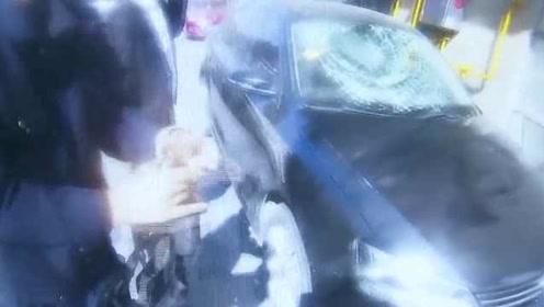 图省事?女子高空扔包裹砸碎小车玻璃:楼下又没人