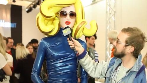 """女子打扮成""""塑胶娃娃"""",时装周上大秀风采,网友:谜一样的品味"""