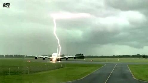 客机在跑道上等待卸货时遭闪电击中 监控拍下惊险一幕