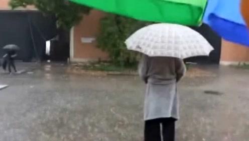 甄子丹雨中踩平衡车,穿浴袍打伞展示绝地武士技能,相当潇洒
