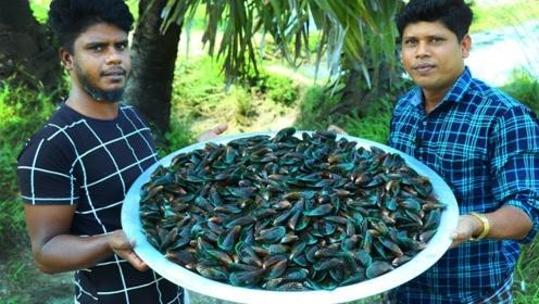 印度人也喜欢吃贻贝,一次煮上25斤,出锅配着饼吃