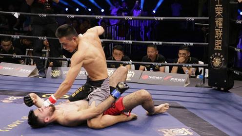 开场10秒绝地逆袭,老外猛冲狂砸头,中国小伙鲤鱼打挺一拳KO翻身